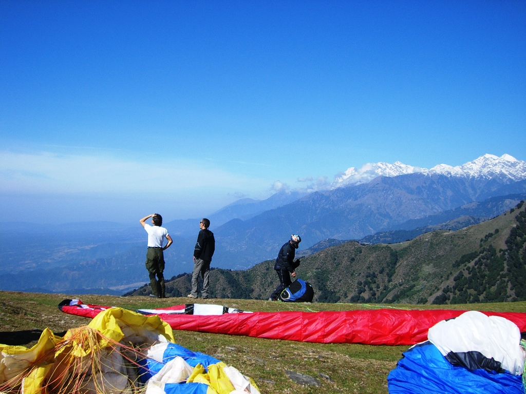pilots_on_a_paragliding_takeoff_at_bir-billing_01