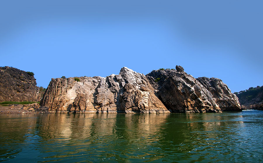 shutterstock_647153026-marble-rocks-of-bhedaghat